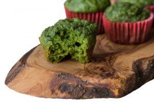 Spinat-Muffin auf einem Stück Holz