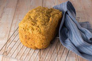 Frisch gebackenes Brot auf Kuchenrost