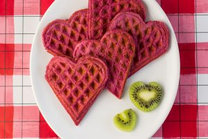 Pinke Herzwaffeln auf weißem Teller