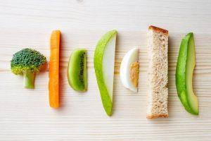 Brokkoli, Möhre, Kiwi, Birne, Ei, Brot und Avocado in längliche Stücke geschnitten als BLW Fingerfood für Babys