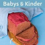 Pinkes Brot, aufgeschnitten auf einem Holzbrett mit blauem Küchentuch