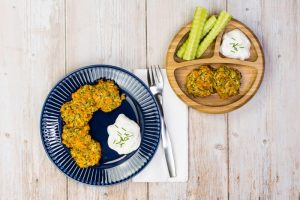 Zucchini-Puffer mit Süßkartoffel für die ganze Familie, mit Kräuterquark-Dip