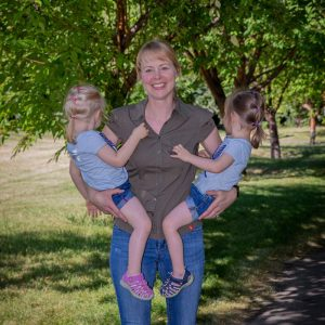 Autorin des Blogs Kleine Spinatesser mit ihren Zwillingen auf dem Arm