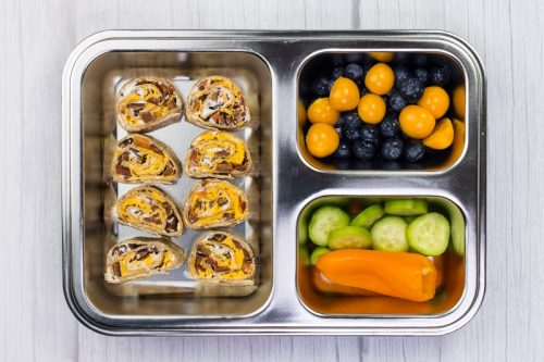 Brotdose für Kinder, mit einem Wrap in Scheiben geschnitten, Obst und Gemüse