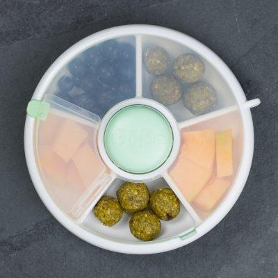 Snacks für Kinder im GoBe Snack Spinner mit Energiekugeln, Melone und Blaubeeren