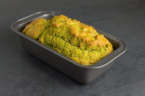 Erbsen-Brot in einer Kasteform auf grauem Stein