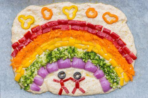 Foccacia - italienisches Vollkorn-Fladenbrot ohne Kneten mit einem Regenbogen aus Gemüse