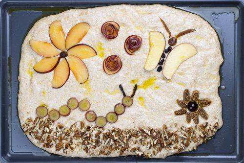 Foccacia - italienisches Vollkorn-Fladenbrot ohne Kneten mit Obst, Trockenfrüchten und Nüssen belegt