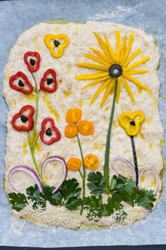 Foccacia Art - italienisches Vollkorn-Fladenbrot ohne Kneten mit Blumen aus Gemüse und Kräutern dekoriert