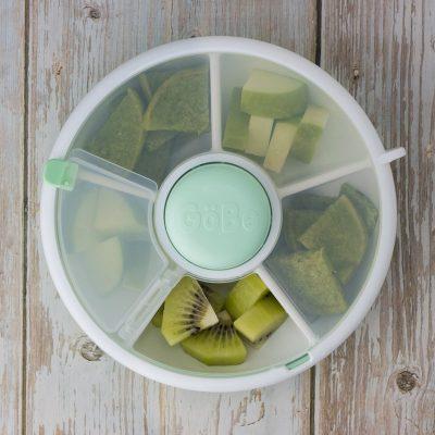 Erbsen-Pfannkuchen als Snack für unterwegs, für Babys und Kinder im GoBe Spinner, mit Apfel und Kiwi