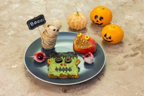 Ein Teller mit verschiedenen gruseligen Snacks als Halloween Essen für Kinder