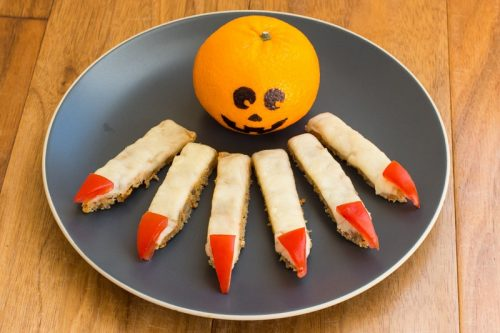 Ein Teller aus Käsebrot zurechtgeschnittenen Fingern als Fingerfood zu Halloween