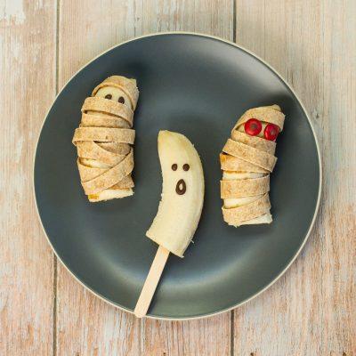 Geister und Mumien aus Bananen gemacht als Halloween-Snack für Babys und Kinder