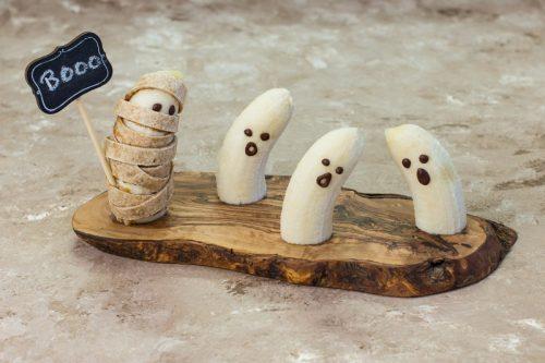 Geister und Mumien aus Bananen gemacht als Halloween-Fingerfood für Babys und Kinder