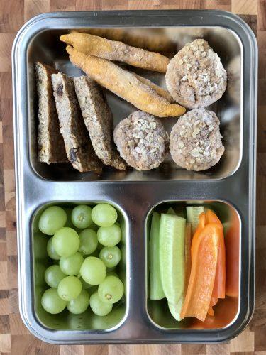 Brotdose für Kinder mit noch gefrorenen Muffins, Keksen und Dinkelstangen