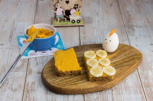Brot mit Karotten-Aufstrich zu Ostern, eine Hälft ist mit Banenscheiben belegt