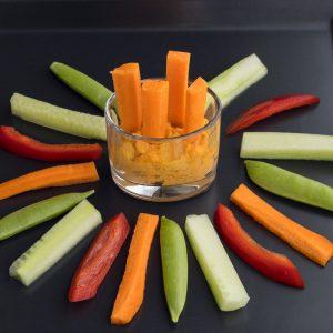 Karotten-Dip mit Gemüse zum Dippen