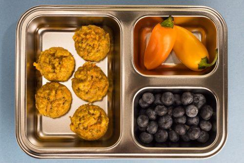 Saftige Karotten-Muffins für Kinder als Mini-Muffins, in einer Brotdose mit Blaubeeren und Mini-Paprika