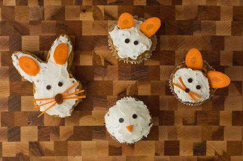 Saftige Karotten-Muffins für Kinder für Ostern verziert, als Osterhase, Hasengesichter und Küken