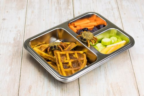 Kürbis-Waffel für Babys und Kinder, in einer Brotdose, mit Energiekugel-Spinnen zu Halloween, Obst und Gemüse