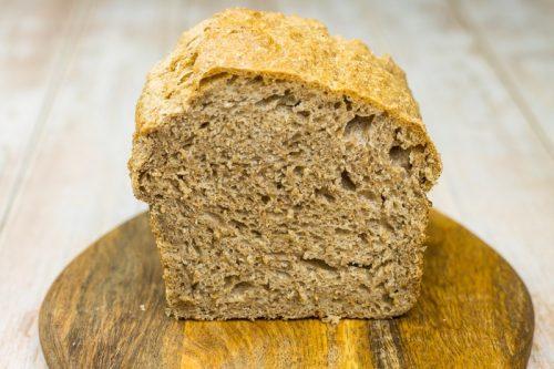 Einfaches Rezept für Vollkornbrot ohne Kneten, halb aufgeschnitten, zeigt wie luftig das Brot ist