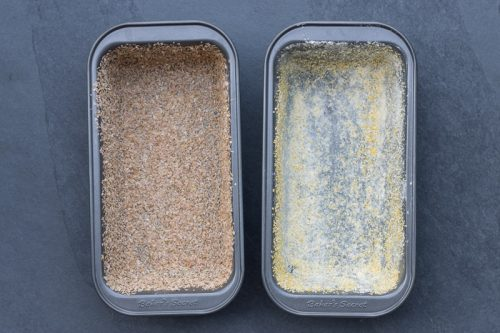 Brotbackformen eingefettet und eingestreut mit Weizenkleie und Semmelbröseln für das Vollkornbrot ohne Kneten