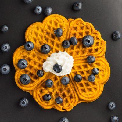 Süßkartoffel-Waffel für Babys und die ganze Familie, mit Schlagsahne und Blaubeeren
