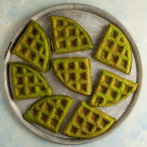 Schnelle Spinatwaffeln geviertelt auf einem Pizzablech