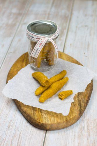 Einfache Dinkelstangen für Babys mit Süßkartoffel, auf einem Holzteler und im Glas als Geschenk