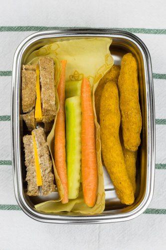 Einfache Dinkelstangen für Babys mit Süßkartoffel, in einer Brotdose mit Gemüse