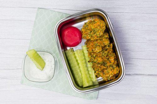 Brotdose mit Zucchini-Puffern, Gurke und Käse