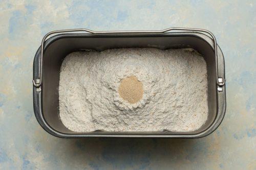 Backform des Brotbackautomaten mit den Zutaten befüllt